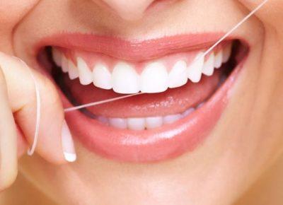 La importancia de utilizar seda dental - Clínica Manuel Rosa